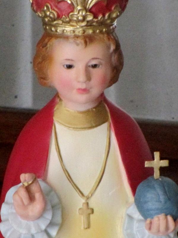 Niño jesús de praga con los ojos de cristal