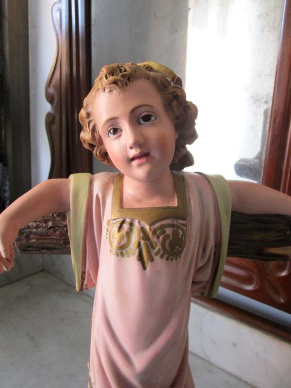 Niño jesús en la cruz con ojos de cristal