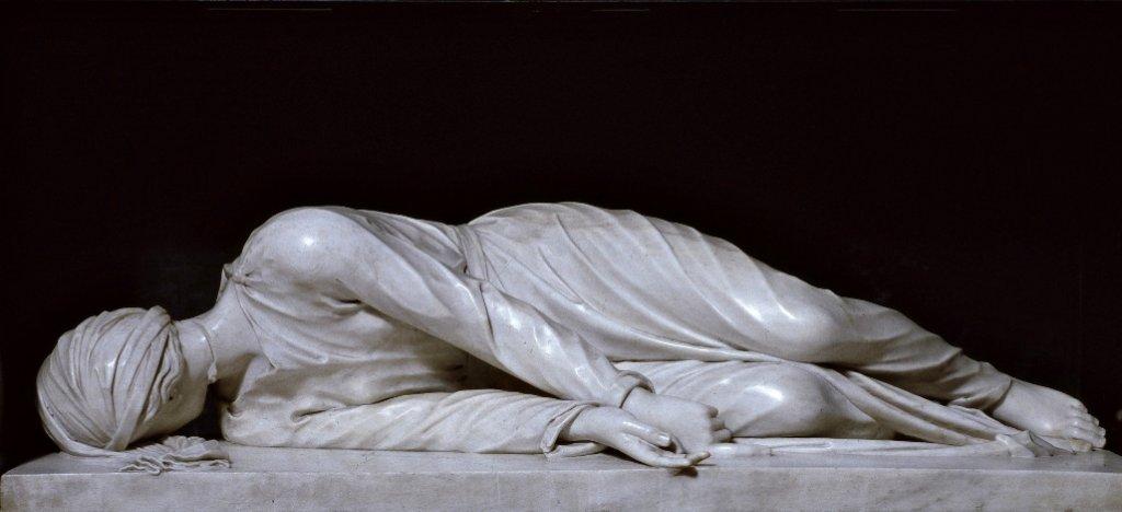 La estatua del martirio de Santa Cecilia situada bajo el altar principal de la Basílica de Santa Cecilia en Roma.