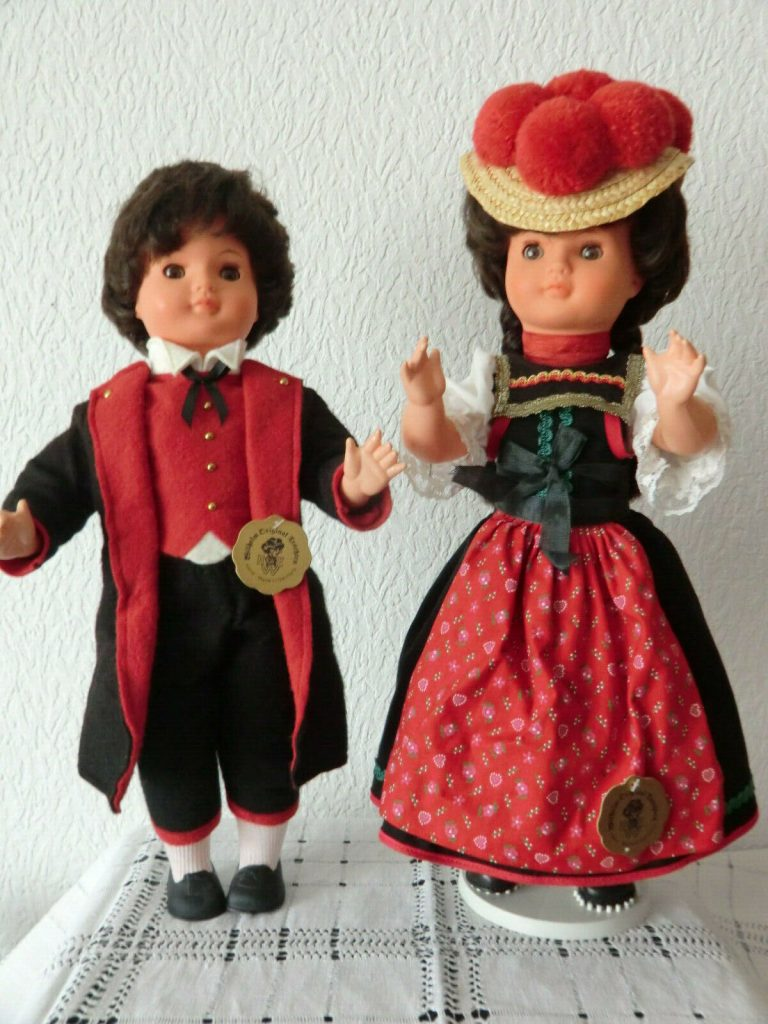 muñecas de trajes tradicionales de H.U.E. Wilhelm